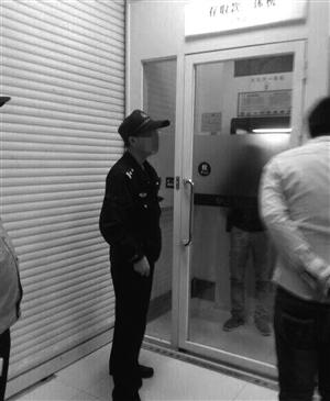 女子被困在ATM机防护罩里 网友 杜将来 供图