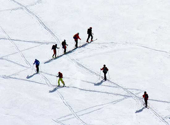 登山滑雪爱好者高速下滑。孟宁/摄