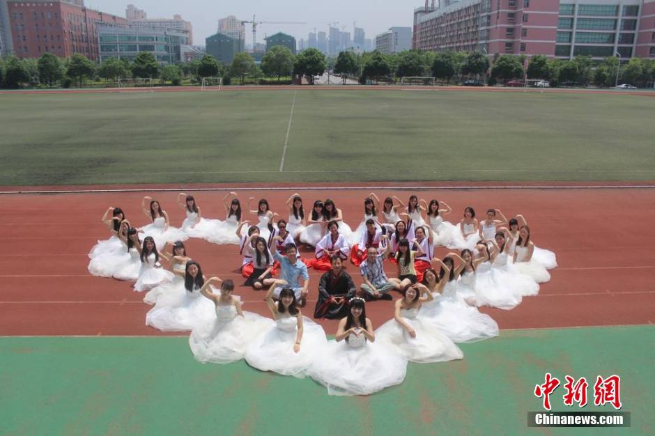湖南高校学子拍创意毕业照纪念大学时代组图