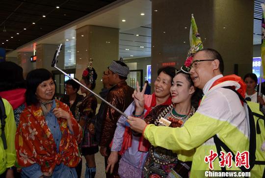 图为首趟贵广高铁香港旅抵达贵阳北站。 张扬 摄