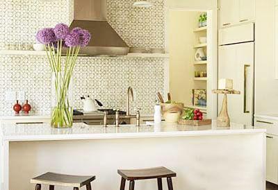 小酒柜装修效果图:厨房的整体色 这张吧台的设计采用错层式.超厨