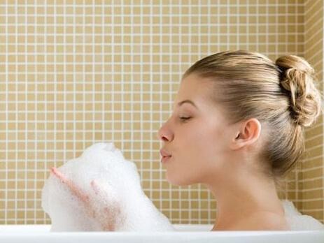 洗澡时先洗脸吗