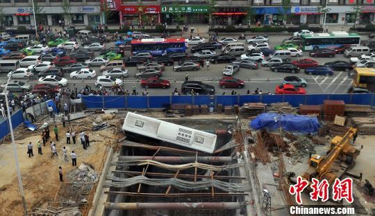 �D��5月20日下午,南昌一�v公交特�s��_�M正在�_工的地�F���n�龋�并�确�掉上天�F基坑中。 �⒄祭� �z