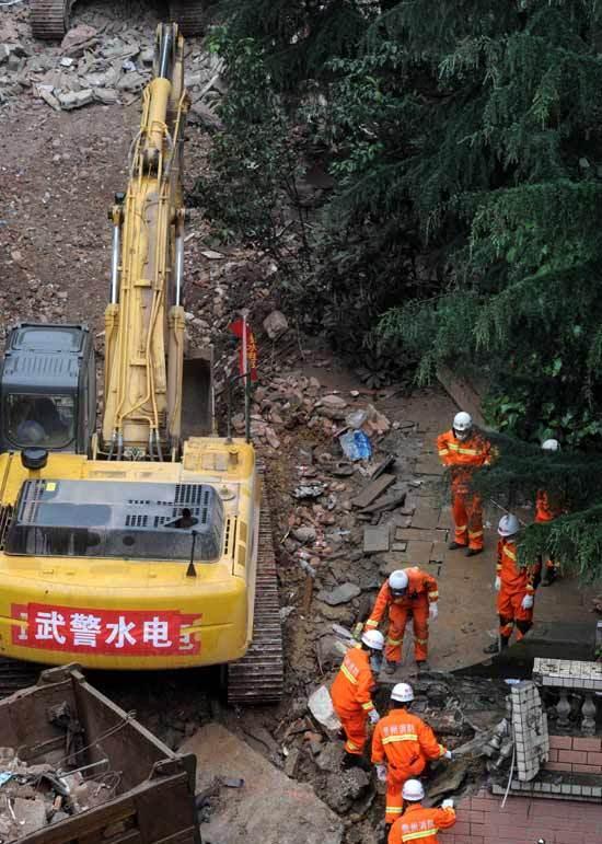 5月22日,救援人员在事故现场抢险救援。