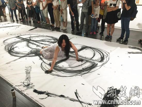 顶级女性人体艺术图片_湖北美院女大学生以人体作画 展现女性之美