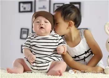 为阻止妈妈生小弟弟小妹妹,大孩子竟让妈妈羞红脸