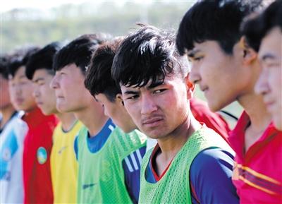 小队员们训练后听取主教练总结。