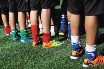 足球学校经常接受各方物资捐助,孩子们训练穿的球鞋因此也五花八门各种品牌都有。