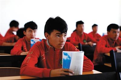 队员进入学校后,每天上午上文化课,学习汉语等基本知识,下午进行专业足球训练。