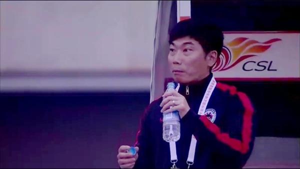 辽足进球瞬间辽足主帅陈洋也在喝水 看到这一幕当场惊呆