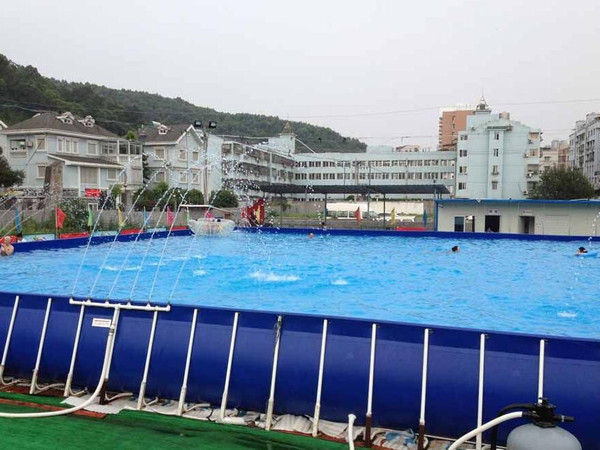 支架游泳池常规形状为长方形,也可根据场地大小,定做适应场地的尺寸.