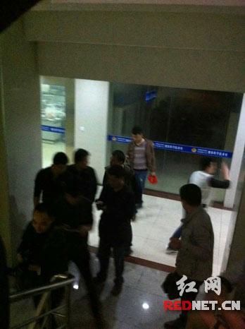 4月16日晚,岳阳楼警方将杀戮五里牌运通街君山款待所202房间3名男子的2名犯法怀疑人捕获。