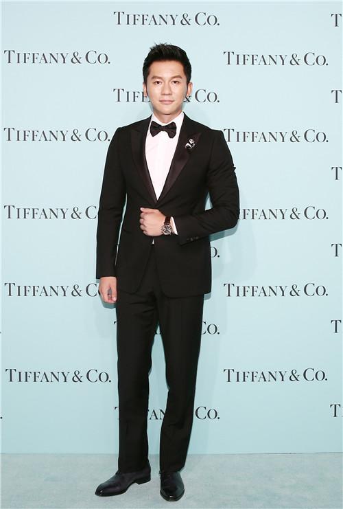 李晨佩戴蒂芙尼熊猫胸针,Tiffany CT60计时表款亮相红毯