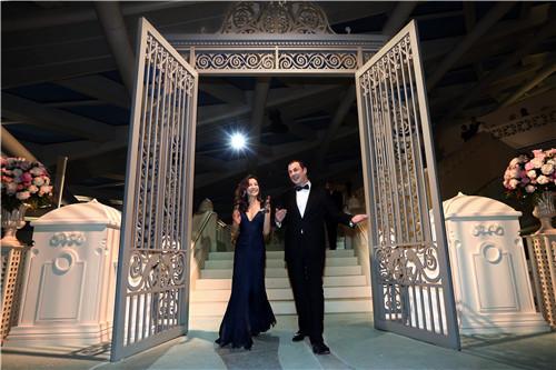 杨紫琼和蒂芙尼公司大中华区集团总裁乐康先生携手步入蒂芙尼的花园自然梦境之中