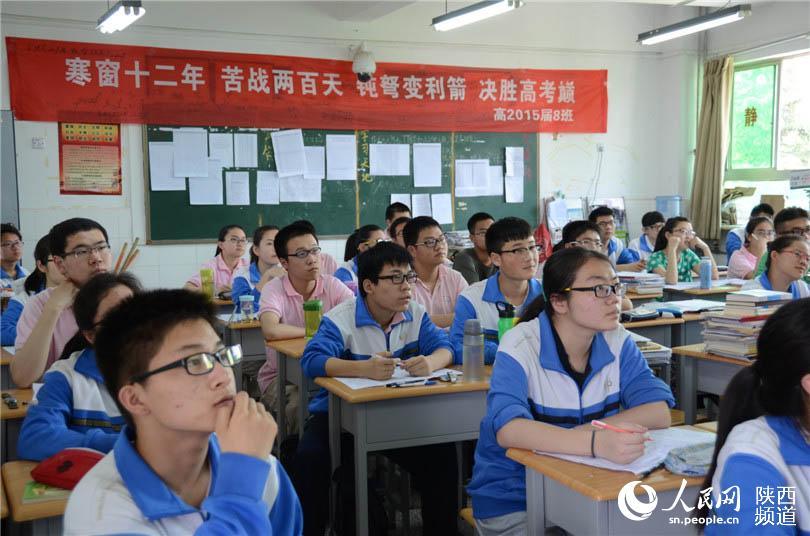 高三学生�y..�.��(N�_5月20日,陕师大附中的高三学生认真听课.张龙 摄
