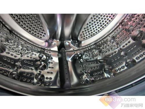 滚筒方面,采用的珍珠按摩内筒,可有减少衣服在洗涤中的磨损度。仿生鱼尾提升器,有效提升衣物摔打高度,防止缠绕,在深层洁净衣物的同时,也起到了呵护的作用。在动力性能方面,采用的10年质保变频电机,不仅有效降低了洗衣机的洗涤噪音,而且节能效果也非常明显。