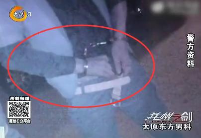 自己的裤子被犯罪嫌疑人从后面拖到臀部视频截图