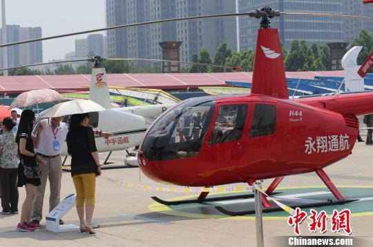 5月25日,第七届安阳航空运动文化旅游节航空装备博览会现场展示的直升机。 杨正华 摄