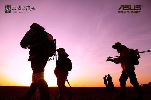 """作为以磐石品质享誉全球的3C领导品牌,华硕曾伴随无数的追寻梦想、磨砺自身的人们完成一个又一个无与伦比的挑战。从""""7+2""""成功征服全球的高山险峰与南北极的冰原极地,到与张昕宇梁红的探险队完成国人首次的帆船环球大探险,再到以往征服太空、登上珠穆朗玛峰……,华硕用自己坚若磐石的品质一次次帮助人们在追寻无与伦比的道路上谱写动人的传奇。面对此次戈壁中烈日、干旱、狂风等极端恶劣天气,华硕特别选出了由ROG玩家国度GFX71、A455笔记本,RT-AC68U无线路由器集结而成的高科技产品后援团,为队员们保驾护航,跟勇士们一同完成这场从精神到物质的洗礼<b"""