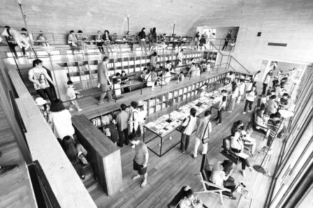 5月23日,河北省秦皇岛市北戴河新区的三联书店海边公益图书馆内人头攒