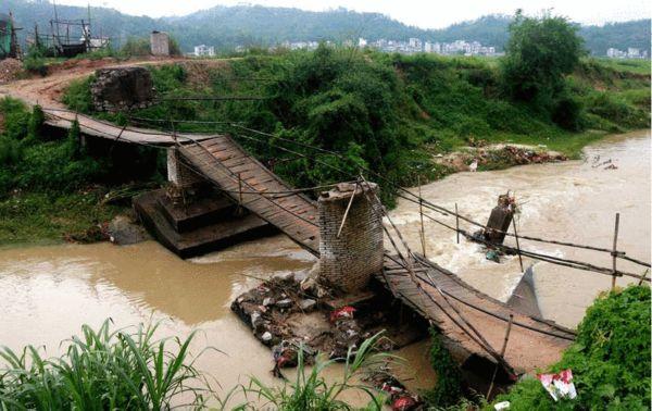 图为广西梧州,龙圩区广平镇夏村被洪水冲毁的桥梁。