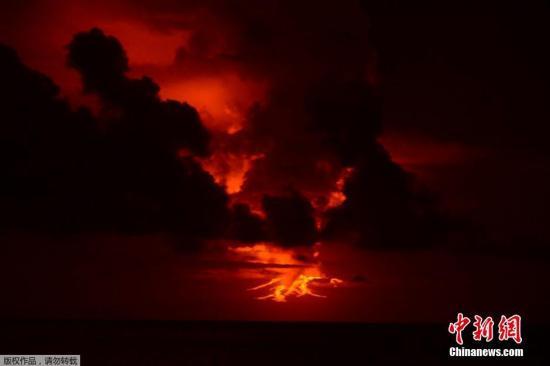 本地时刻2015年5月25日,厄瓜多尔沃尔夫火山喷发,现场浓烟滔滔,白色岩浆溢出。