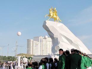 土库曼斯坦都城的总统骑马黄金泥像开幕。