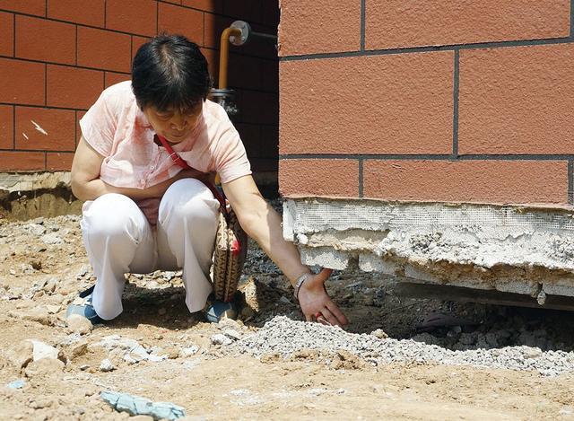 房屋墙体开裂,周围地面沉降