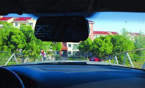 记者驾车驶上事发拱桥时,桥面另外一侧的确处于视野盲区。 /晨报记者 张佳琪