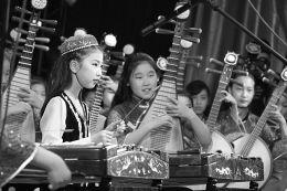 5月24日,太原市第二十五届学校艺术教育活动月学生文艺展演,在太原幼师礼堂举行。87所中小学校的3000多名学生,表演了合唱、舞蹈、器乐总计88个节目。