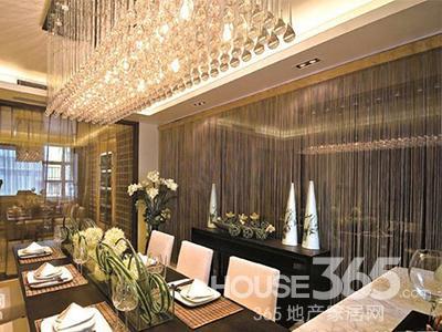 现代中式中式别墅设计案例图:璀璨的吊灯使客厅更显得雍容华贵,长餐桌