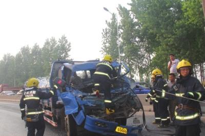 /货车追尾司机被困消防急救援(图)