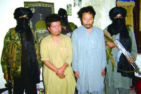 塔利班绑架龙晓伟和张国后向媒体公布的相片。