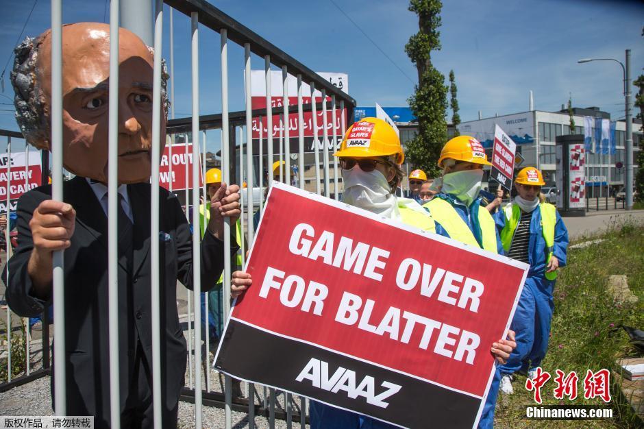 当地时间5月28日,瑞士苏黎世,全球采取行动组织(Avaaz)的示威者在国际足联大会会场外假扮布拉特抗议,要求国际足联主席布拉特辞职。