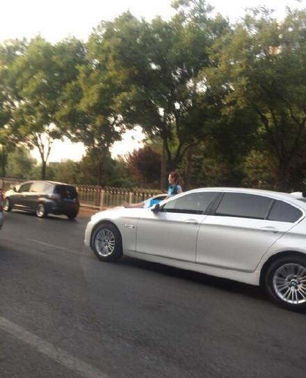 网友@姜钰烨称,车就这么开曩昔了,惊呆我了。