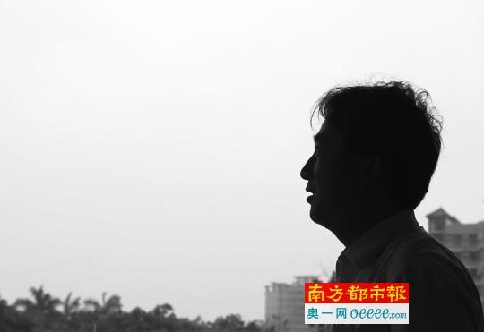 """5月21日,""""股神""""江老师在他如今的作业所在外留影。南都记者 马强 摄"""
