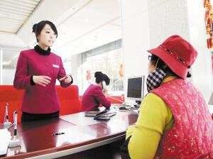 客户在向银行工作人员咨询。记者周密摄