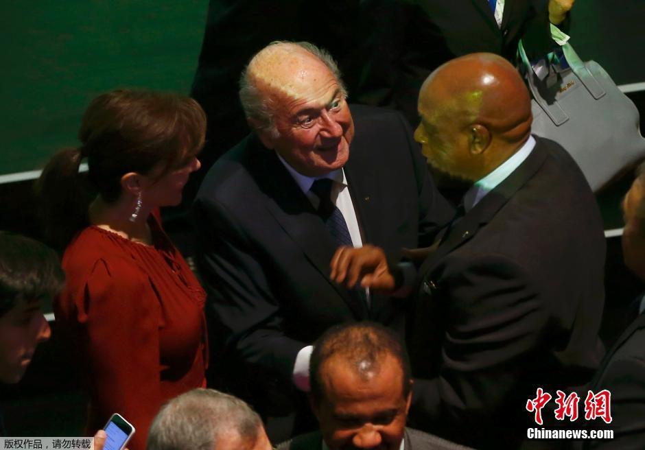 当地时间5月28日,国际足联主席布拉特现身国际足联会议,尽管大选在即又要面对丑闻危机,布拉特本人在会议活动上始终面对笑容,信心十足。