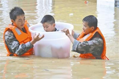 5月27日上午,贵州省军区雷山县人武部民兵搬运受困少年。连日来,贵州省黔西北苗族侗族自治州普降暴雨,凯里军分区安排胡匪和民兵1000余人紧迫驰援,搬运被困大众2000余人。
