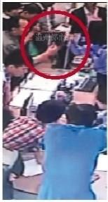 男子与当事女协警交流中,双方手指都指向对方。监控截图