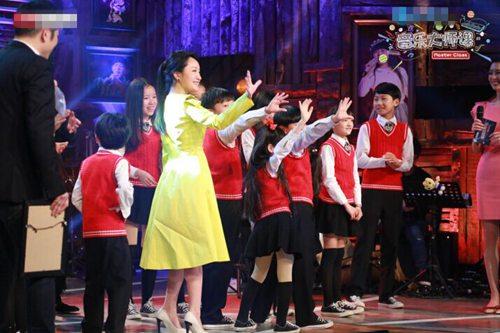 杨钰莹与学生互动