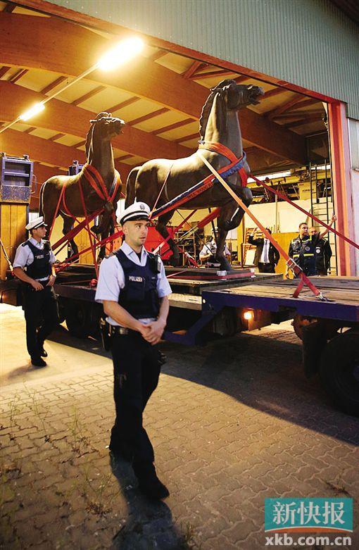 """德国警方从堆栈内运出两匹曾安顿在""""新帝国总理府""""外的铜马。"""