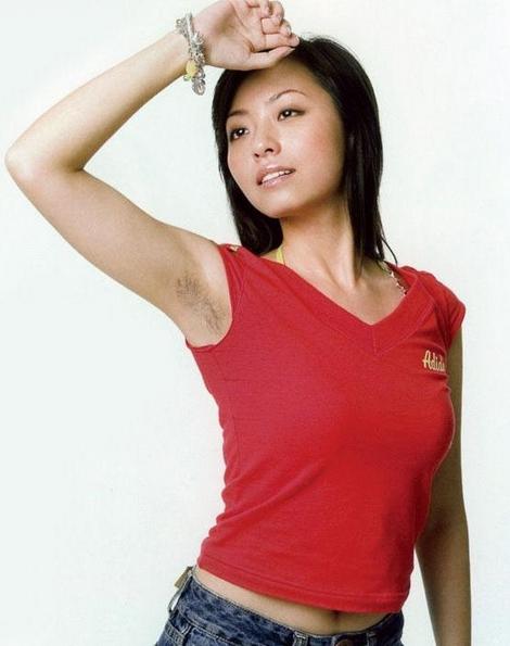 美女剃腋��)�h�_夏天当女性举手时,穿坎肩做公交时,不小心露出自己忘记剃掉的浓密腋毛