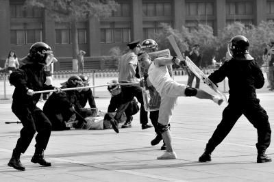 暴恐分子追赶学生,警察出动制服歹徒。京华时报记者徐晓帆摄