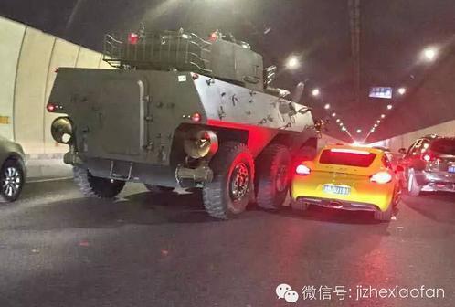 网曝2015年5月30日,重庆嘉华地道内保时捷撞上坦克车。据现场目睹的网友称,这起奇葩的擦挂事变发作在昨日下午2点,现场该当没有职员受伤。