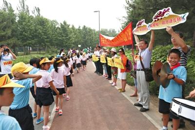 5月28日,中关村二小一年级700余名门生在奥森公园加入长走,局部家长和高年级同窗在一旁加油。新京报记者 浦峰 摄