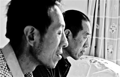 王春意(右)在哥哥的陪伴下,入住临终关怀医院