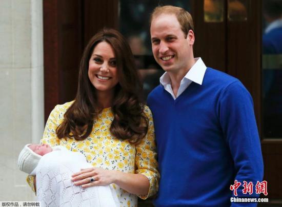 5月3日消息,英国剑桥公爵夫人凯特王妃抱着小公主与剑桥公爵威廉王子一同离开位于西伦敦的圣玛丽医院。候在医院外的媒体和民众借此机会目睹了这位英国王室新成员的风采。