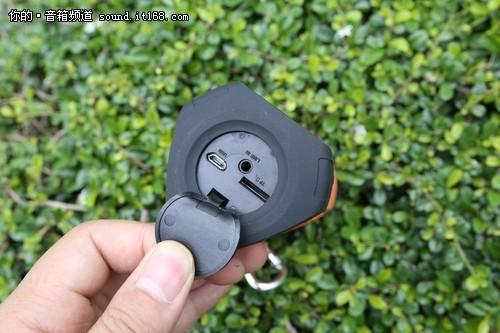 同时,在该款音箱的顶部还配有常规的充电接口及TF卡等插口。从而可以肯定该款音箱还是支持32GTF卡音乐播放、USB数据传输、三级LED电量显示以及AUX3.5mm音频输入接口等功能的。搭配小巧的身材携带起来更为方便。