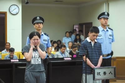 贾某佳耦在法庭上听判。京华时报记者蒲东峰摄